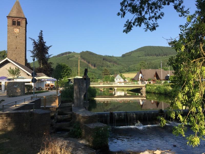 Sauerländer Idyll - Die Lenne fließt mitten durch das TalVital in Saalhausen