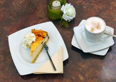 Käsekuchen und Cappuccino