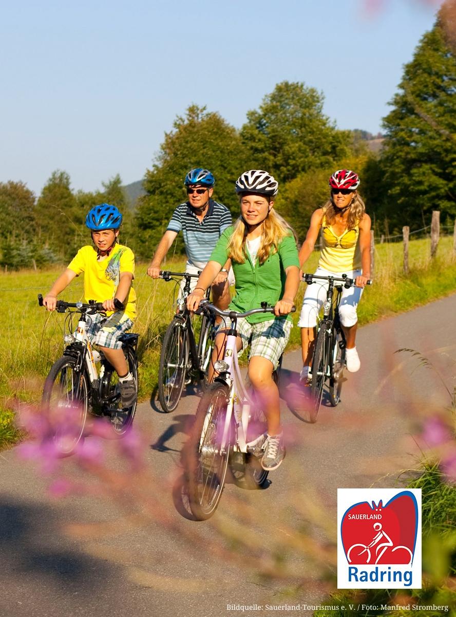 Familie fährt Fahrrad auf dem SauerlandRadring